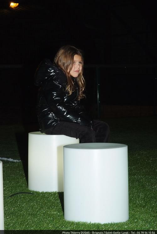 Mademoiselle est assise sur un Popstar lumineux (Lux Et Deco)