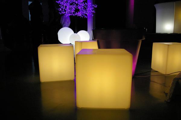 Assises lumineuses et autonomes de LED LOCATION