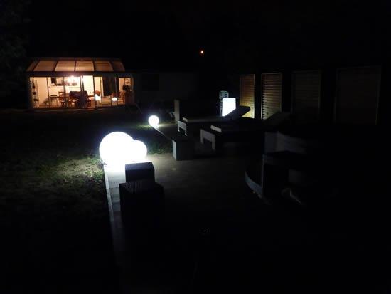 Sphères et Bloom Pill lumineux de nuit