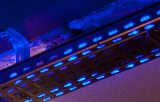 Gros plan sur la passage de câbles et son ruban LED