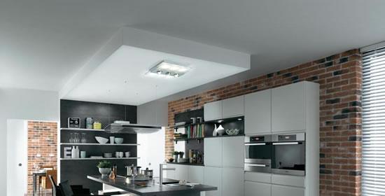 Une cuisine éclairée avec un plafonnier Xeta
