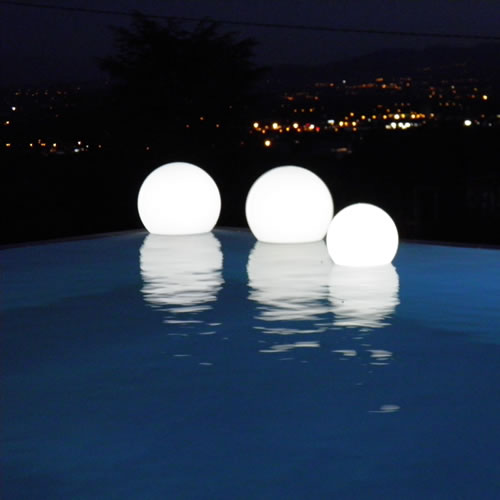 Pour votre piscine pensez l 39 clairage led led blog for Boule lumineuse piscine