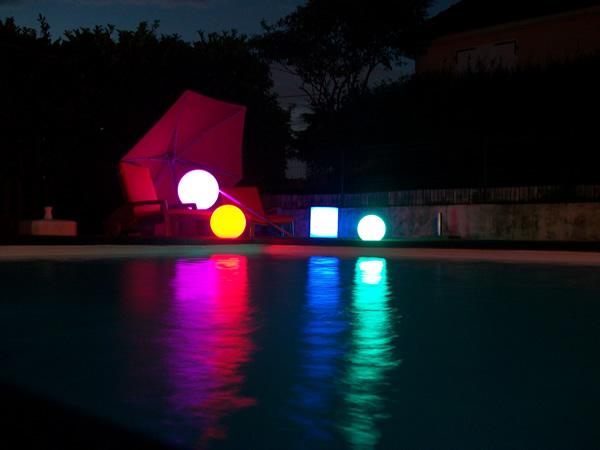 Formes lumineuses LED sur gazon synthétique
