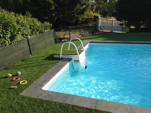 Gazon synthétique autour d'une piscine