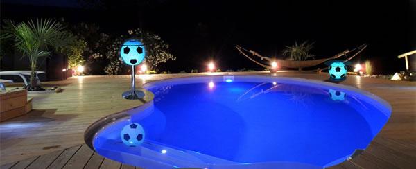 Table foot LED autour de la piscine