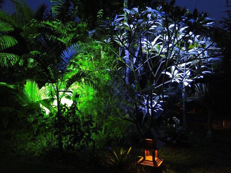 Projecteurs led ext rieurs clairage de jardins et for Electricite exterieur jardin