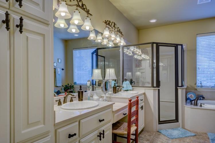 Eclairer miroir salle de bain nos conseils pour en for Installer miroir salle de bain