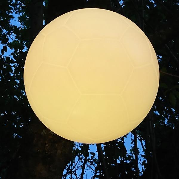 Ballon de foot lumineux pendu à un arbre