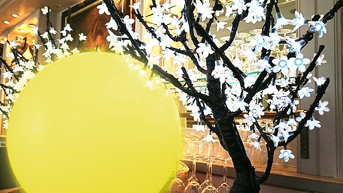 Cerisiers lumineux et sphères