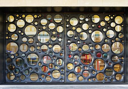 Porte en béton fabriquée par l'Atelier des Bétons