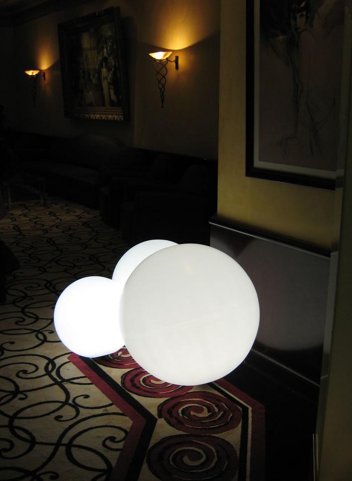 Sphères lumineuses sur le tapis