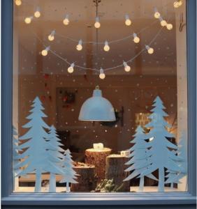 Guirlande guinguette dans les vitrines de Noël