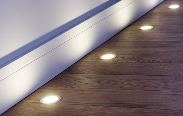 Spots LED encastrés dans couloir